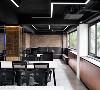 沙发接待区 位于开放动线的角落,以红砖墙、仿佛咖啡厅情调营造的沙发区,不但能接待访客,也是小组会议创意激荡的最佳场域,谁说一定要在办公桌上才能办公事。