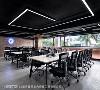 装饰造形 将营业项目之一的PCB板回收加上包覆清玻、安排光源的装饰手法,成为吸睛的主题造型柱,与运用霓虹灯表现的公司LOGO,共同挹注空间时尚活力况味。