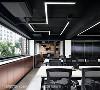 隐形收纳 为降低视觉混乱感,办公室收纳化零为整,整合于隐藏式设计中,入门旁的镀钛造型墙、窗台下,以及烤漆玻璃立面、部分拉门后方都具有强大的收纳机能。
