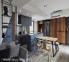 开放式厨房 传统的封闭式厨房不仅因格局变动而开阔,钢刷木皮的纹理及灰蓝中岛,搭配一组浅色的木质餐桌丰富了餐厨区域的视觉层次。