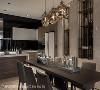 介质变化 不同于电视墙的茶玻,餐厅主墙改为茶镜,既阐述公领域整体装饰语汇,镜面还能增添空间深度及挹注客房的隐密性。石材滑开更是惊喜,原来内部为收纳空间,设计巧思令人激赏。