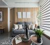 优雅俐落的客厅 符合屋主们对于空间气氛的期待,完全不走华丽风格,改以温暖色调为主轴,加上各种灰阶的家饰品陪衬,显出朴质又带有格调的美学。