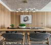 温馨雅致的餐桌空间 除了用餐需求外,在这个小空间中,屋主可以招待客人聊天,也能当作简单办公或是阅读的区域,绿植气息赋予家里的气氛充满生命力。
