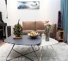 家具配置 沙发背墙以画作点缀,搭配简约设计造型的桌几、沙发和地毯,在木地板及白墙环绕之中,围塑简而淡雅的味道。