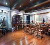 采用驼色为主要的基调,在整体的色系上秉承统一协调性,采用中式的案台和博古架的形式,同时业主是比较喜欢琴棋书画在书房的打造上比较的丰富同时业主很好客特意把客厅打造为喝茶聚会的场所,净化灵魂,让心更宁静。