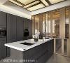 协调之美 由客厅一路延展到厨房的石材地坪,以灰黑色细致纹路,衬托厨具的质感。