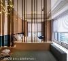 主卧室 无压的主卧空间,两排玻璃的隔间在镀钛金属的收边下更显高雅,搭配带金属灯具与温暖灯光,为私领域带来一丝暖意。