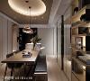 中岛吧台 与餐桌相连的中岛吧台,高低起伏的曲线让空间增添变化,为屋主打造出一个轻松休闲的区域。