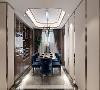 餐厅:餐厅原始墙洞做了嵌入式酒柜,选用了材质统一的胡桃木。另一边也做了硬包与金属线条作为装饰,整体与客厅统一。地面与客厅相同采用统一造型与材质。