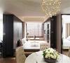 多功能空间 休憩室地板特地采架高设计,底下全部规划为隐藏柜,拉门打开可作为宴客聚会场地延伸,拉上拉门亦可作为独立客房。