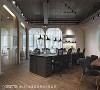 空间配置 中央的员工办公区,打破僵化的纵横排列方式,慕泽设计团队用斜线打造出活泼办公空间,灵活配置可随需求调整。