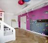 """儿童房采用了活泼的玫粉色,适合小朋友爱玩的天性,同时也与整座房屋的冷色调形成鲜明的对比,仿佛小朋友的""""洞天福地""""。墙壁上粘贴的墙纸,适合小朋友写写画画,同时容易更换,有益于保持房间的干净整洁。"""