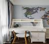 小孩房中以大面地图装饰主墙,加深空间主题性,而在收纳部分也于墙面嵌入柜体,使其不占据空间。