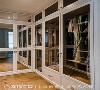 主卧房内特别设置衣帽间,并将柜门结合镜面材质,不仅营造放大的视觉感受,更能作为各角度的穿衣镜使用。