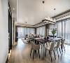 面对7米宽的客餐厅开间,设计师以亚麻与木色这样低饱和度的色系,打造出简雅柔和的空间韵调,为日后的生活场景留足想象与施展的余地。