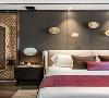 设计将真正的尊享藏于每个细节,精细打磨的墙面与木制地板、细腻柔软的暖棕色床品,通过材质的光感隐透简净高雅的质感美学。