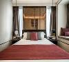次卧两面超宽窗台,纳入朗阔无垠的好景,空间格调疏朗气清。设计师发挥了创意想象,将一块深色亚克力隔板做成床头背景墙,巧妙利用空间之余,亦保留了空间尺度的敞阔感。