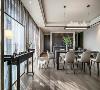 餐厅延续会客厅空间的基调,臻选意大利 Poliform 餐桌椅,