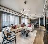 意大利 Minotti 家具品牌沙发与实木柜搭配,在柔光下呈现出静穆的美。