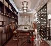 """在餐厅的陈设设计中,更是将中国元素运用到极致,让东方贵气在精雕细琢中经久不衰,那些承载着几代中国人记忆的""""古董"""",虽然已经渐渐从我们生活中淡出,在本案中却成了设计灵感的源泉。"""