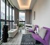 多功能空间 长形格局的多功能休闲室多面采光,不论是落地窗畔的躺椅或是倚墙沙发,每个角落都能轻松将窗外美景尽收眼底。