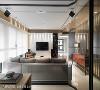 光源配置 客厅空间拥有大面的落地窗,加上多面采光,自然光线充足,在人工光源的配置上只需要透过间接照明以及吊灯补充。