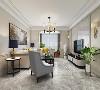 原有的吊灯层次错落有致很有层次感。美式风格深色家具,搭配浅色沙发沉稳大气上档次。