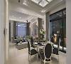 天花设计 餐厅天花板特别以玻璃结合格栅造型,周围点缀水晶珠,烘托新古典的华丽质感,并借此隐藏维修孔的位置。
