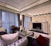 电视墙 以半腰的电视墙面让空间视觉得以延伸,包覆着大理石的新古典饰花线板,让冰冷的大理石增添温度。