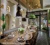 恰如其分 以金属吊灯搭配温润大木桌,铁架悬吊植栽搭配现代感十足的厨房吧台,王思文与汪忠锭设计师以深厚的美学底蕴,勾勒出恰如其分的冲突美感。