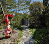 绿意徜徉 在这群树围绕绿意充满的独栋别墅中,王思文与汪忠锭设计师将旅行中累积的设计养分挹注于设计,创造出让习惯欧美生活的外籍男主人喜爱的满分设计。