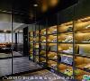 球鞋展示区 为喜欢收集球鞋的屋主儿子,规划了媲美精品鞋店的球鞋展示区,格状展示柜加上精巧的灯光设计,成为心爱收藏品的最佳展现舞台。