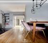 餐厅是走廊转角处的小惊喜,1200mm长度的樱桃木餐桌占据墙角位置,即便空间局促,也不显得将就。Decopai绒布甲壳虫餐椅对面不再是固定的大件卡座,而是可以活动的长条凳。