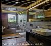 卫浴空间 以温暖的木纹砖铺陈空间,营造仿佛置身日本汤屋的度假感,简单俐落的设计线条,展现男孩的精致品味。