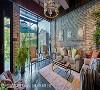 欧洲氛围 大面落地玻璃将庭园美景框进屋内,为喜爱园艺的屋主,规划仿德国建筑的桁架木结构柜体,来收纳园艺用具,一玻之隔与客厅沙发主墙呼应,带出悠适欧美生活风情。