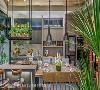 美型餐厨 开放式的餐厨区,轻巧地以颜色与材质区隔场域,温润的木质餐桌与奶茶色系餐柜是男主人最爱的咖啡餐厅区,充足的收纳空间让餐厨区域兼具美型与机能。