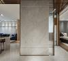 玄关设计 镀钛镶嵌的白色石墙形塑高雅的端景,展现玄关艺术感,并将空间自然地划分为左右动线,俐落的屏风式设计让新式都会风格成为进门的第一印象。