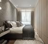 孝亲房 相较于主卧的设计,不仅色系上更为沈稳,材质的变化也更为精简,借由裱板厚度与不同材质做出舒适的变化,赋予长辈更放松的休憩空间。