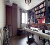 书房的风格是和外部大不一样的,因为平时也是男主人使用率高一些。男主人喜欢传统中式文化,所以书房整体风格偏中式,大面积墙面都做了充足的储物,书柜收纳爱不释手的书本,下部分的柜子容纳零零碎碎的杂物。