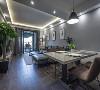 客厅沙发的一旁便是餐厅空间,因为新房空间较小,所以直接做了一个开放式处理。这里的布置十分简单,一盏吊灯,一张大理石餐桌,四张皮椅,完全足够。