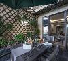 阳台给人的感觉像是小花园,靠墙处的绿植装饰无疑是一大亮点,这里非常适合一家人品茶聊天。