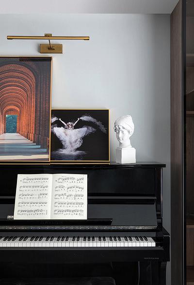 客厅图片来自家装大管家在110平深色系现代3居 经典黑白灰的分享