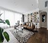 客厅 客厅拥有大面积的采光,并将白墙与木地板为基底,再结合沙发后方的展示墙及休闲区,让公领域呈现随兴氛围。