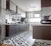 以白色为基调的厨房,加于地板的花纹,改善厨房予人闷热杂乱的印象,呈现出更加整洁干净的视觉效果。墙壁上的小方块儿瓷砖,打破沉闷。