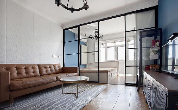 原始客厅隔离出来的主卧室,有一个大阳台,玻璃隔断可以很好的利用得来不易的光线。主卧室的设计比较简约风,卧室单墙和客厅电视墙对角呼应,单纯的完成卧室的功能就已经很有趣了。