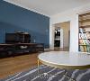 深蓝色的背景墙与主卧室形成异面的对称,压住视觉整体效果。电视柜是港台风的黑色钢丝网,不但可以储物还可以当作装饰品。平面角度皆是木质板,是空间布置上达成的一致。