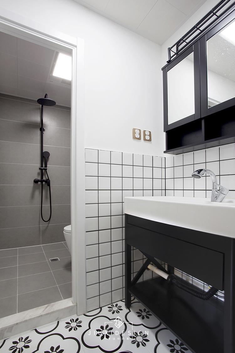 二居 收纳 旧房改造 小户型 久栖设计 家装 室内设计 装修设计 卫生间图片来自久栖设计在巧用玻璃隔断做分区,拯救小户型的分享