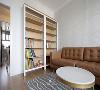 结合业主喜欢看书藏书的需求,我们在沙发旁设置了全开放的书架,干净的木纹底板外观与白色空间配合,显得客厅比较饱满。整个书架还可以存放其他闲置物品,书架底部高一点,方便家中扫地机器人偷偷滑过。