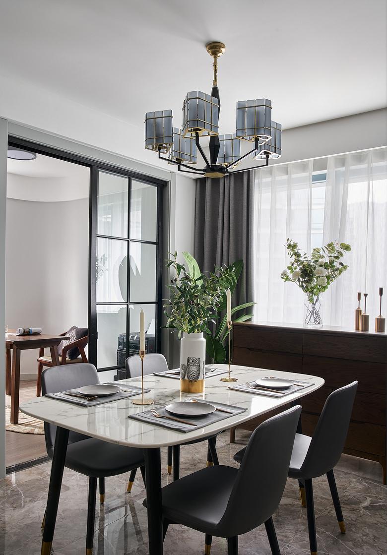 餐厅图片来自家装大管家在大胆而灵活 129平现代时尚3居的分享