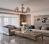 浅灰色布艺沙发与原木色茶几搭配相得益彰,当老两口坐在上面看报纸、观影等,都是一幅悠然自得的模样,未来是美好的生活。